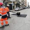 Manutenzione strade, in corso colmatura delle buche in diverse zone di Trani
