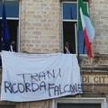 Trani ricorda Falcone con un lenzuolo bianco esposto da Palazzo di Città