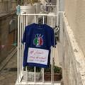 Uniti ma distanti: sui balconi le magliette blu degli atleti della Tommaso Assi
