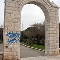 Scritte spray anche sull'arco del fortino di Trani