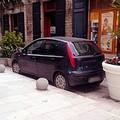 Sposta le fioriere per parcheggiare la propria auto