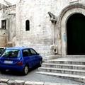 Parcheggio selvaggio nel centro storico di Trani