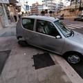 Si schianta contro auto parcheggiata per alta velocità: ennesimo incidente in via Falcone