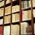 Pompa due bolle d'aria nella flebo della biblioteca