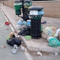 """Rifiuti abbandonati da giorni: i cestini come  """"isole ecologiche """" abusive, e regna l'inciviltà"""