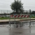 Via Borsellino, transenne arrugginite a protezione delle buche