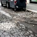 Le buche stradali sono anche in pieno centro