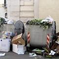 Trani, cassonetti (più o meno) colmi e rifiuti per strada