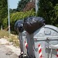 Cassonetti pieni e rifiuti per strada