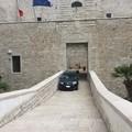 Castello Svevo, si parcheggia anche sulla rampa di accesso