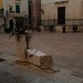 Inciviltà in piazza Tomaselli: fioriere distrutte e sacchi d'immondizia sul sagrato della chiesa
