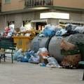 In piazza Cittadella non si sa più dove mettere i rifiuti