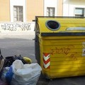 Buste di rifiuti a terra nonostante i cassonetti della differenziata