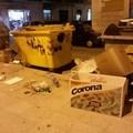 Montagne di rifiuti e cartoni in piazza Cittadella