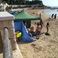 Scambiano la spiaggia per un campeggio ma la Polizia locale li scopre