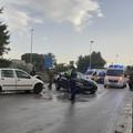 Scontro tra due auto in via delle Forze Armate: diversi feriti