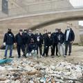 """""""Amici del mare """", grandi pulizie in zona Castello: 40 kg di rifiuti"""