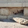 Zona cattedrale, degrado e incuria colpiscono il caratteristico muretto in pietra