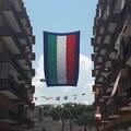"""Europei di calcio, in Largo Goldoni torna a sventolare il tradizionale  """"bandierone """""""