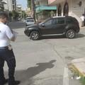 Auto abbandonata a centro strada, i vigili la multano per divieto di sosta