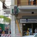 Rimossa insegna pericolante di una parafarmacia in corso Italia