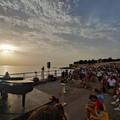 L'alba di Ivan Dalia sul molo di Trani: una magia dipinta nell'anima
