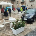 Pochi parcheggi in piazza Sedile San Marco? Il gestore del bar: «Le auto davanti al locale non possono stare»