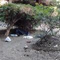 Bivacchi e  inciviltà in piazza della Repubblica: aiuole piene di rifiuti ogni giorno