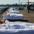 A letto con una sconosciuta, in piazza Quercia l'insolita perfomance dell'argentino Ferdinando Rubio