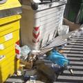 Via Perrone Capano colma di rifiuti. La denuncia: «L'operatore non pulisce»
