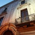 Auto in sosta dentro Palazzo Beltrani