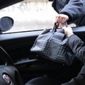 Scippo in auto con a bordo madre e figlia: ladro inseguito e arrestato