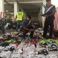 Controlli al mercato settimanale, sequestrate quasi cento paia di scarpe