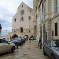 Giù i pilomat e le auto invadono la Cattedrale