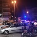 Incendio in via delle Tufare, in fiamme un'auto parcheggiata di fronte al supermercato