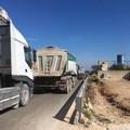 Troppi mezzi pesanti, traffico bloccato sulla complanare Trani-Andria