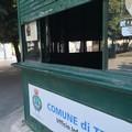 Forzano la saracinesca e vandalizzano l'infopoint in piazza della Repubblica