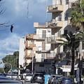 Quartiere Pozzo Piano, sui rami degli alberi spuntano centinaia di calze della Befana