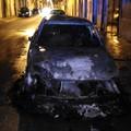 Auto incendiata nella notte in via Umberto: necessario l'intervento di due mezzi dei vigili del fuoco