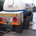Si incastra col camion carico di Gpl a Capirro, necessario l'intervento dei vigili del fuoco