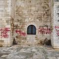 Scritte sulla parete della cattedrale di Trani: l'ultima bravata in occasione di San Valentino