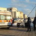 Un'anziana signora finisce in mare, salvata da due operatori della Darsena comunale