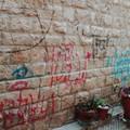 Dopo la Cattedrale tocca a San Toma, muri imbrattati con bombolette e pennarelli