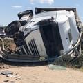 Perde il controllo del tir per evitare due mezzi in avaria: grave incidente sulla 16 bis