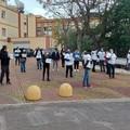 «Non mi fermo ma protesto»: sit-in dei precari della sanità davanti all'ospedale