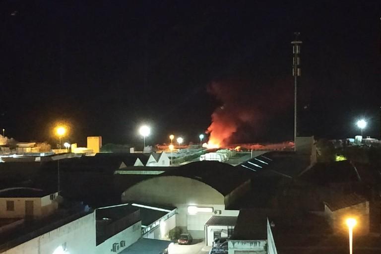 Incendio nei pressi dell'isola ecologica