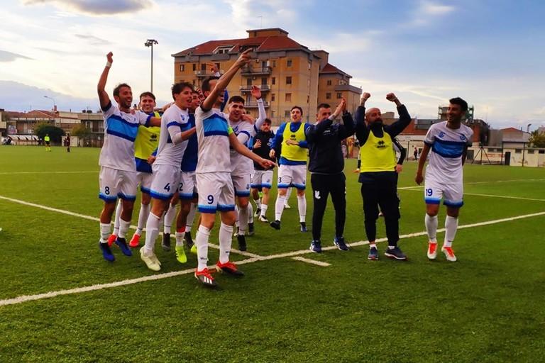Calciatori del Trani esultano con i tifosi a San Severo