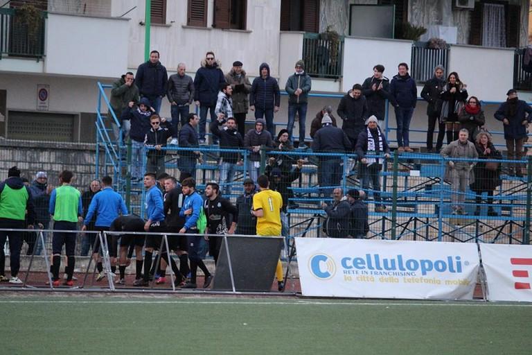 Calciatori Vigor esultano con tifosi a Terlizzi