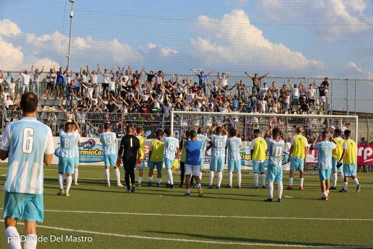 Calciatori Vigor salutano tifosi a Barletta