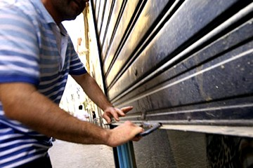 Serrande abbassate per la crisi, chiudono i negozi
